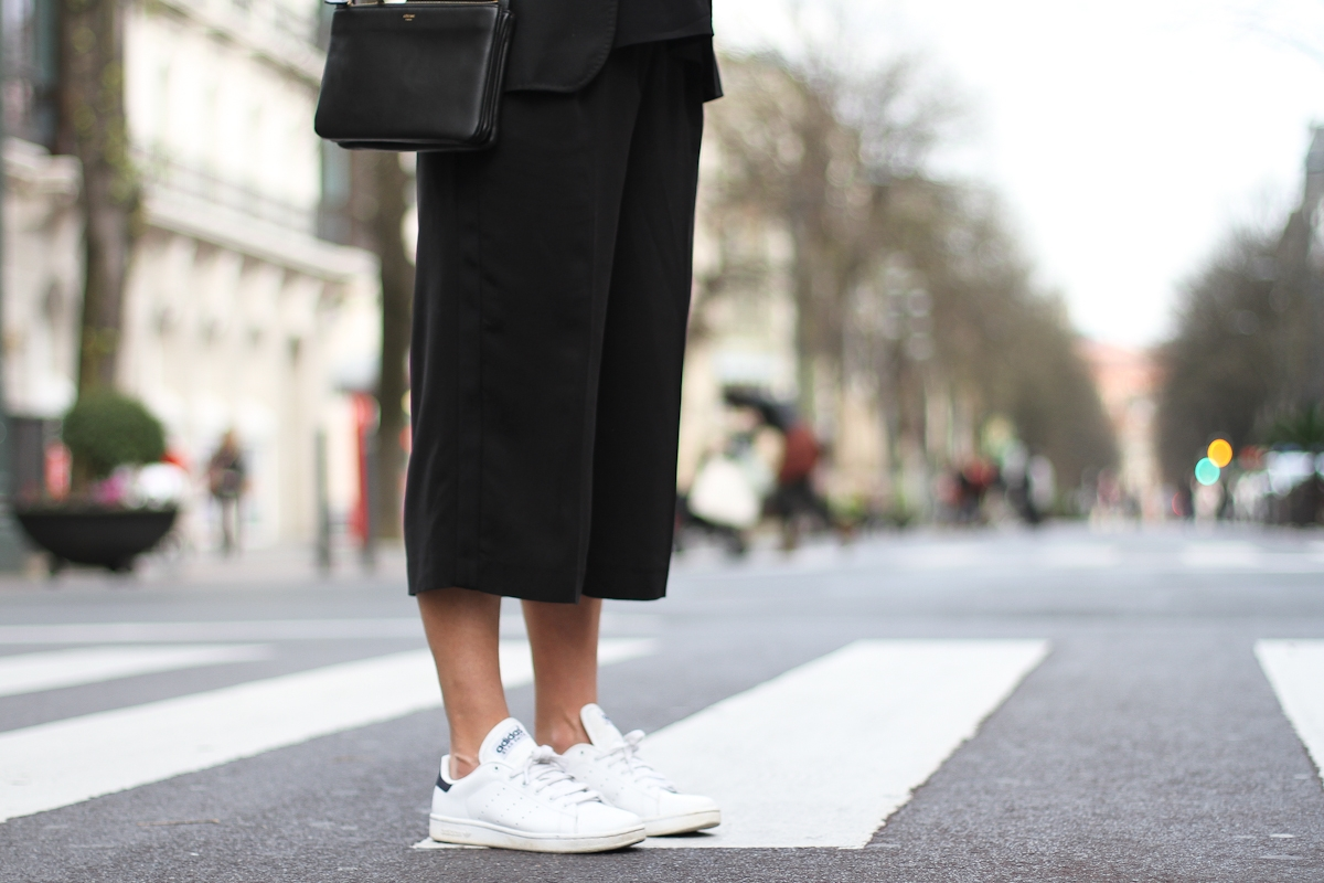 clochet-streetstyle-outfit-mango-black-culottes-celine-trio-bag-adidas-stan-smith-9.jpg